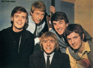 Clapton (dir.) nos Yardbirds: banda lendária que incendiava os clubes londrinos.