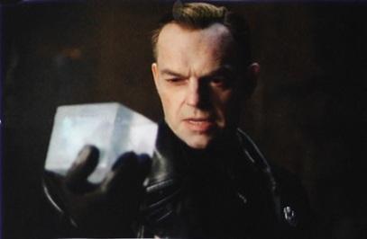"""O Caveira Vermelha de posse do Tesseract em """"Capitão América - O Primeiro Vingador""""."""