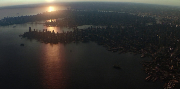 """Tomada aérea de Gotham City a partir do norte. Em """"Batman Begins""""."""