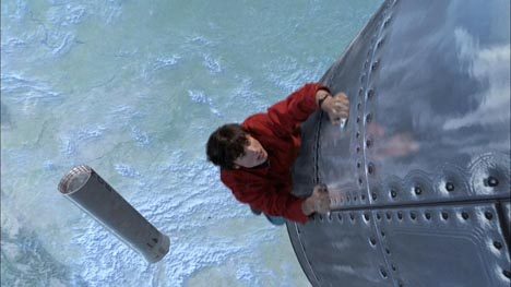 Clark alcança um míssil para detê-lo: levando a série para outro nível.