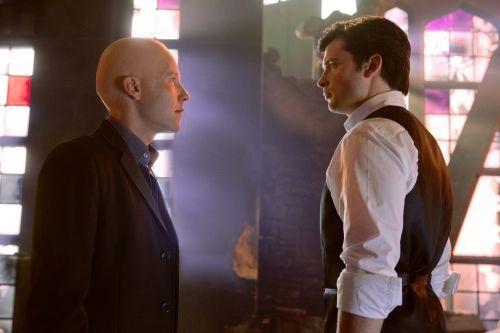 Lex e Clark se reencontram após três anos nas ruínas da Mansão Luthor.