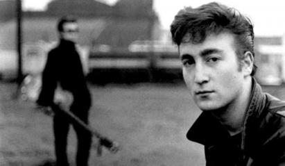 Lennon com os Beatles em Hamburgo, em 1960: adolescente rebelde e problemático.