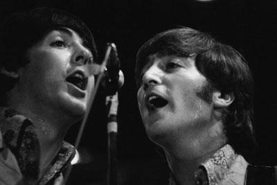 Paul McCartney e John Lennon em dueto.
