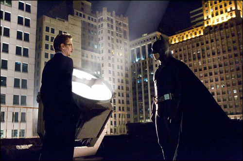 "Cena entre Gordon e Batman em ""Begins"" replica o final de ""Ano Um""."