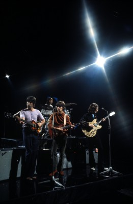 "Os Beatles tocam ""Revolution"" na TV em 1968."