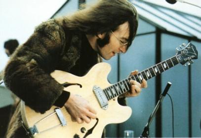 Lennon começou a carreira solo ainda dentro dos Beatles.