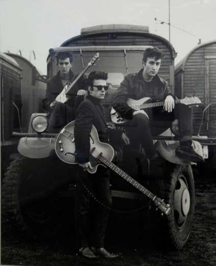 Harrison, o baixista Stuart Sutcliffe e John Lennon em Hamburgo, em 1960.