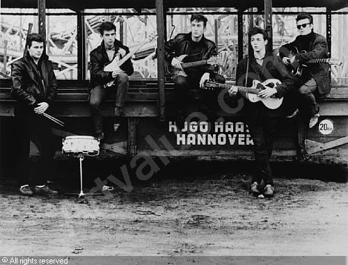 Os Beatles como quinteto em Hamburgo, ainda antes da entrada do baterista Ringo Starr.