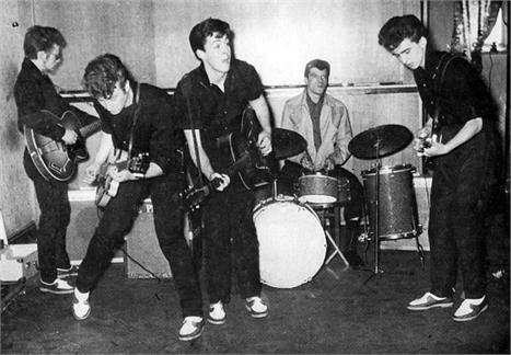 Os Beatles em 1959, com Tony Moore na bateria.