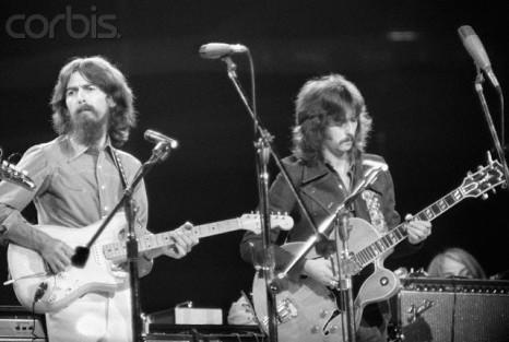 Harrison e Clapton tocam juntos no Concert for Bangladesh, em 1971.