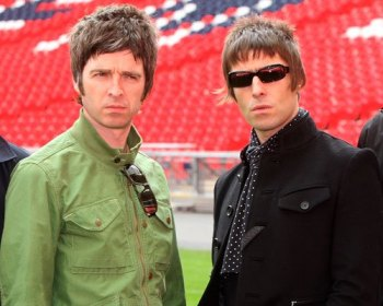 Os irmãos Gallagher: Noel (esq.) e Liam (dir.).