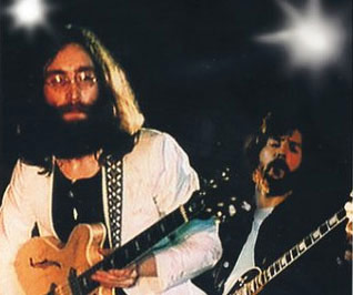 Lennon se apresenta com Eric Clapton em 1969.