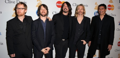 A formação mais recente do Foo Fighters, como um quinteto. Dave Grohl está ao centro.