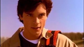 Smallville mostra Clark Kent adolescente no início.