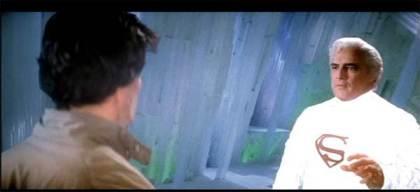 Superman se comunica com Jor-El na Fortaleza da Solidão.