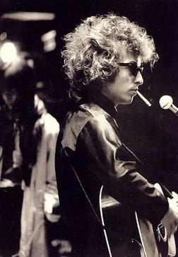 Bob Dylan vira roqueiro depois da Invasão Britânica.