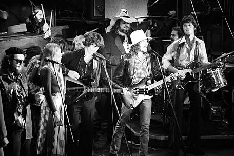 Bob Dylan e The Band  ao vivo em 1975.