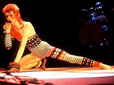 O performático David Bowie em ação encarnando Ziggy Stardust.