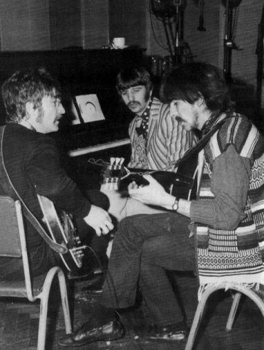 A banda discute arranjos.