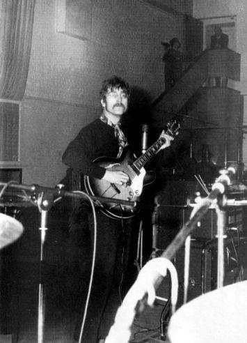 John Lennon grava uma peça de guitarra.