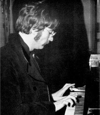 Lennon ao piano.
