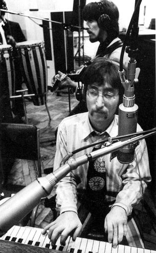 Lennon durante as gravações de Sgt. Peppers dos Beatles, em 1967.