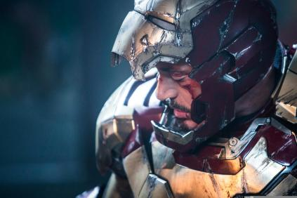 Tony Stark e a armadura danificada: herói levado ao seu limite dessa vez.