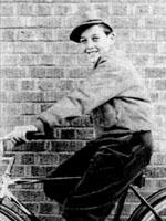 O jovem Stanley Lieber em sua bicicleta.