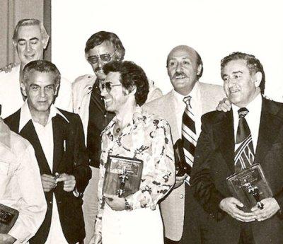 Existem poucas fotos de Lee e Kirby juntos. Aqui vemos os dois (esq.) juntamente a outros, como Jerry Siegel (dir.), criador do Superman.