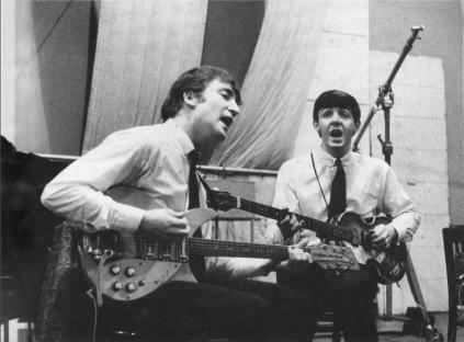 Lennon e McCartney se distinguiam por produzir o próprio material.