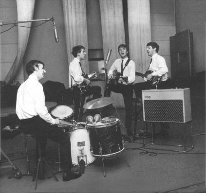 Os Beatles gravando no Abbey Road, no início de 1963.