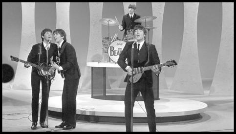 Os Beatles tocam Please please me ao vivo no The Ed Sullivan Show, em 1964.