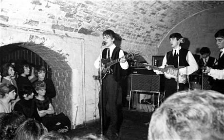 Os Beatles ao vivo no Cavern Club, em 1962.