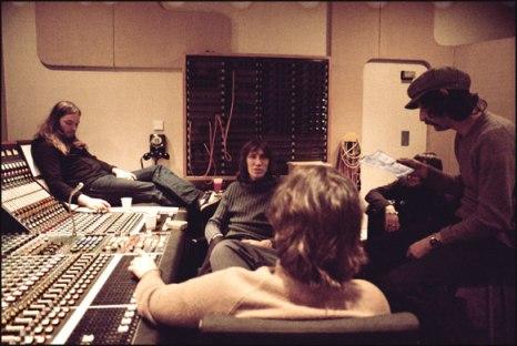 A banda reunida na sala de controle de Abbey Road.