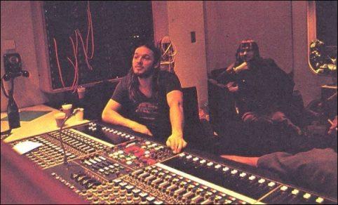 David Gilmour ouve o material gravado em Abbey Road.