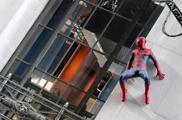 Por que o Homem-Aranha está vigiando Harry Osborn? E porque o jovem está tão assustado?