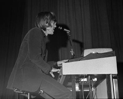 O teclado de Manzareck conferia o som singular do The Doors: grande influência.