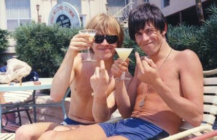 Brian e Keith: amizade destruída por triângulo amoroso.