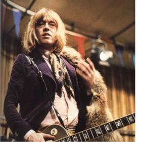Brian como um farrapo humano no rock and Roll Circus.
