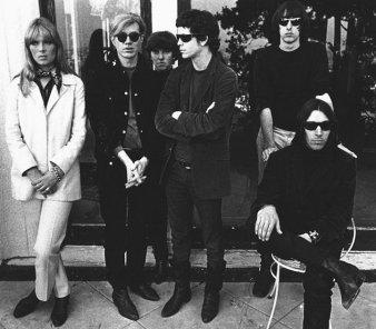O Velvet Underground, com Reed (centro), Nico (esq.) e Warhol ao lado dela.