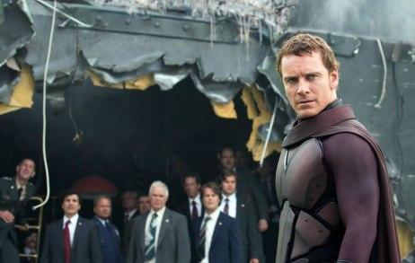 Magneto usa seu uniforme pela primeira vez.