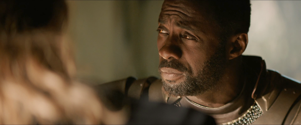 Idris Elba como Heimdall em O Mundo Sombrio.