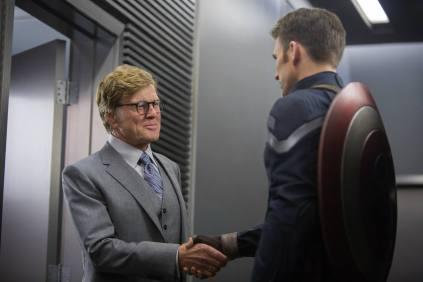 Alexander Pierce (Robert Redford), o chefe da SHIELD, com o Capitão.