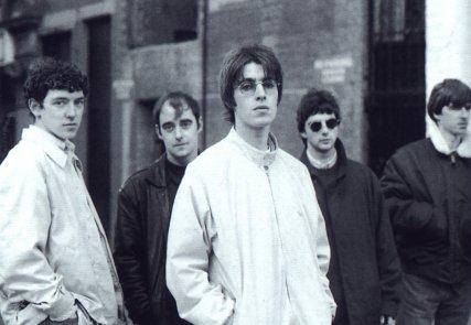A formação original do Oasis: McCarroll, Arthurs, Liam, Noel e McGuigan.