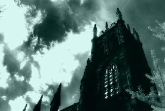 Detalhe das torres do Arkham Asylum, beleza gótica da cidade.