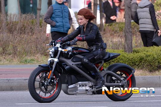 [Iron Studios] The Avengers: Black Widow Statue 1/10 scale - Página 2 Ageofultron-sets-southkorea-black-widow-bike-2