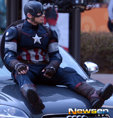 Chris Evans e seu novo uniforme na Coreia do Sul.