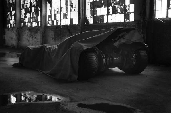A imagem do batmóvel... coberto por uma lona.