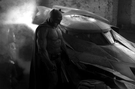 A imagem oficial do Batman com o batmóvel.