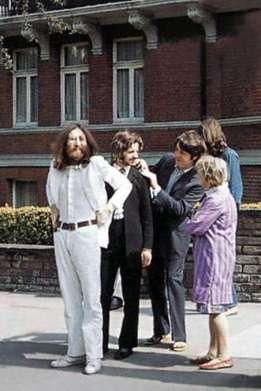 Uma velhinha conversa com os Beatles na hora da foto.